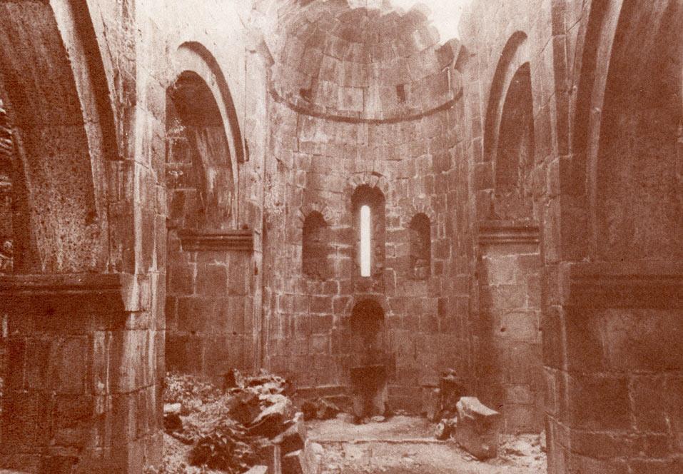 Աքորիի Բգավոր եկեղեցու ներտարածքը, խորանի հատվածը